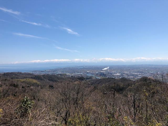 雄大な立山連峰をのぞみながらの植物園整備